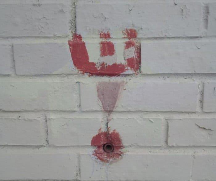 Секретные отверстия в стенах