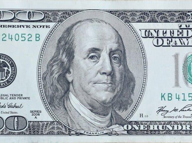 Банкнота 100 долларов США с портретом Бенджамина Франклина