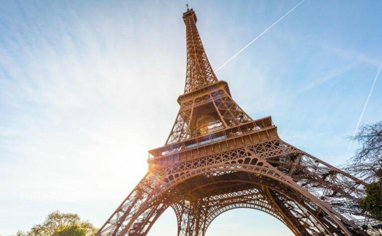 Летом Эйфелева башня «растет»