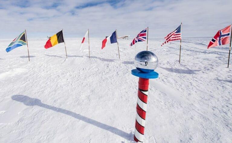 На Южном полюсе нет определенного часового пояса