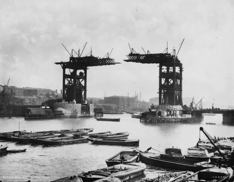 Недостроенный Тауэрский мост в Лондоне