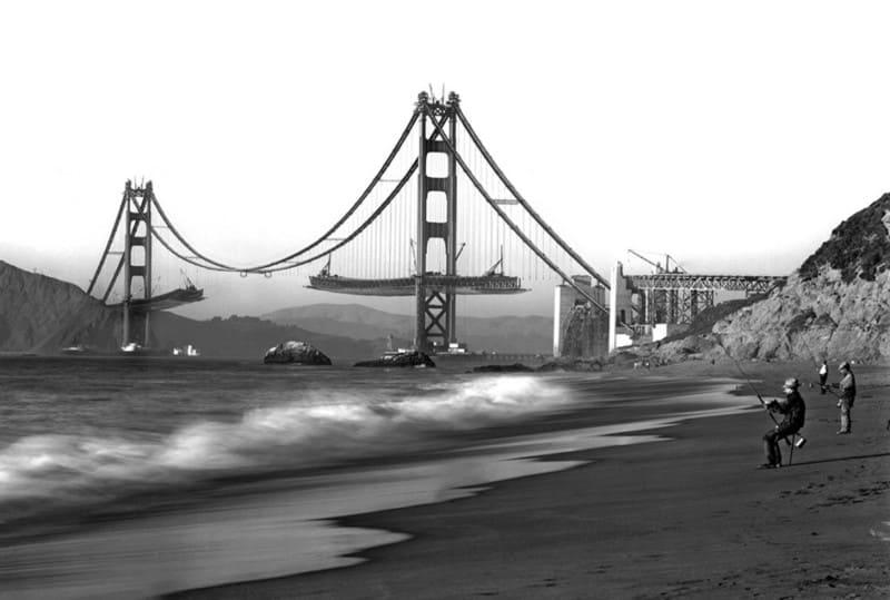 рыбачат на фоне строящегося моста Золотые Ворота