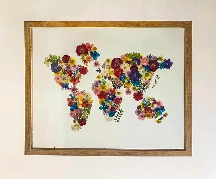 Карта мира из высушенных цветов