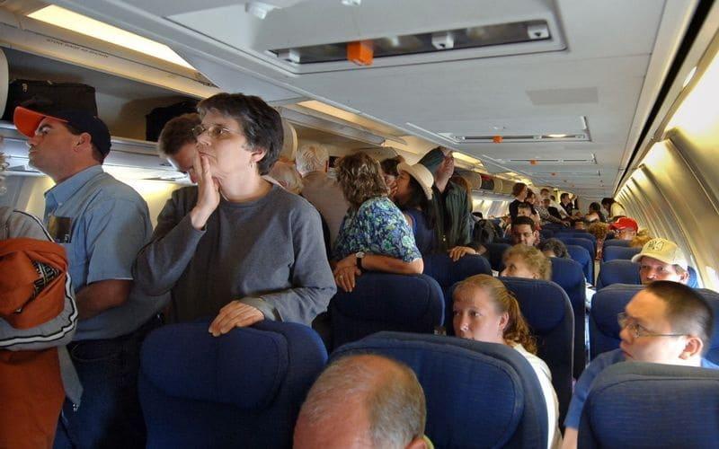 10 вещей, которые не стоит делать в самолете