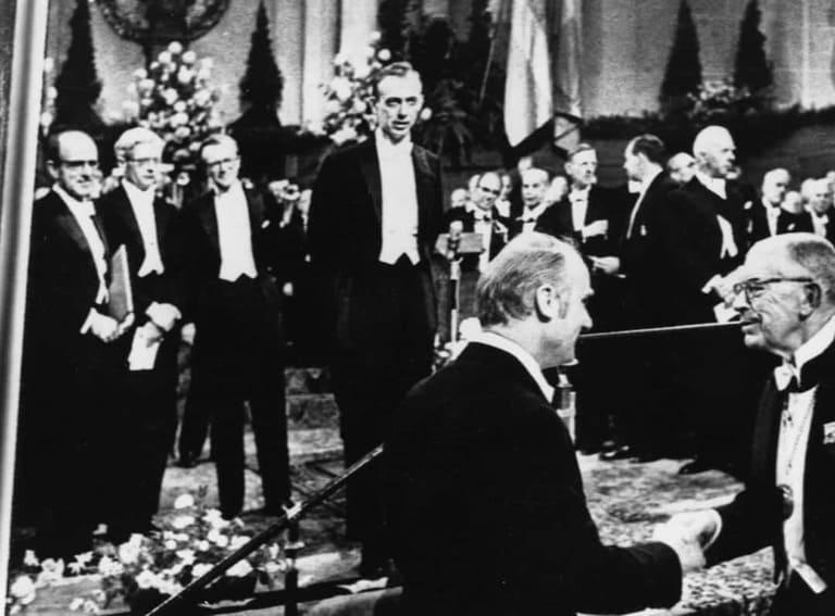 Нобелевские лауреаты Джеймс Уотсон и Фрэнсис Крик
