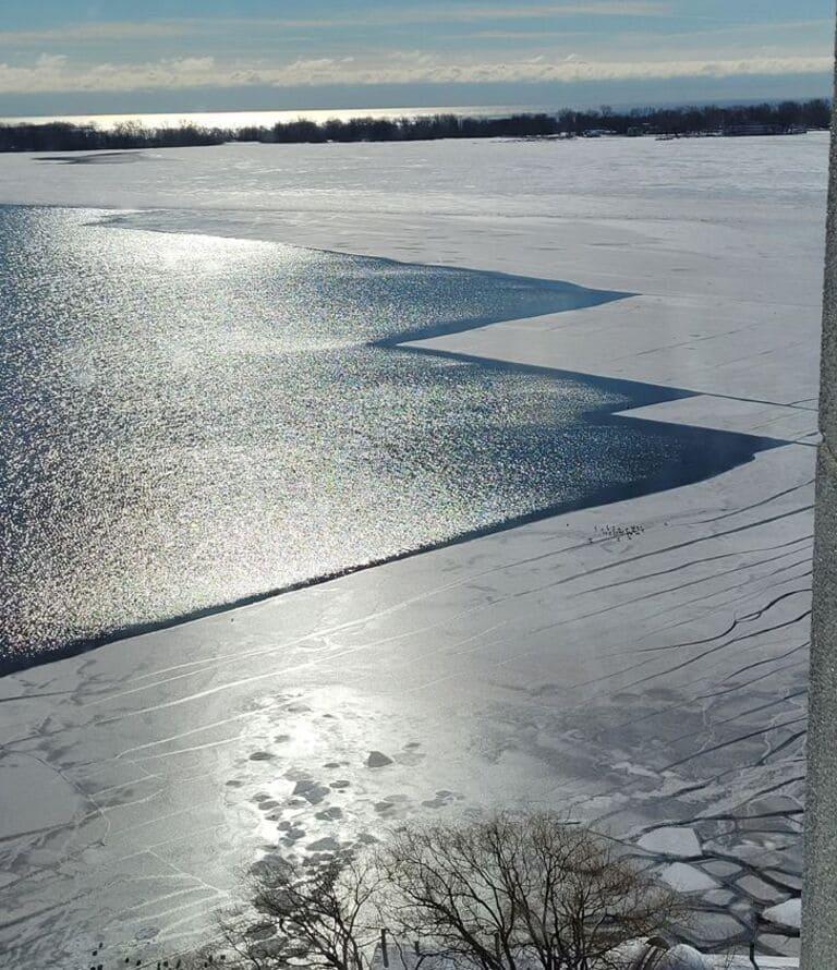 Лед на поверхности озера
