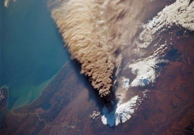 извержение вулкана из космоса