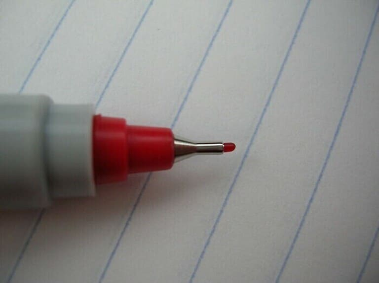 писать красными чернилами