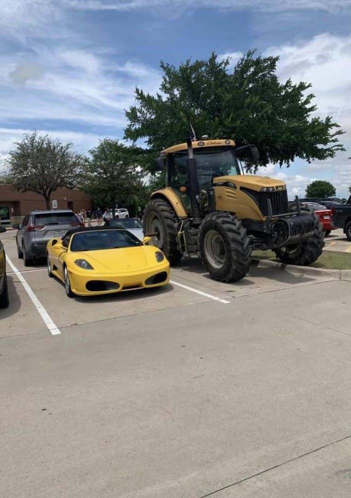 Феррари припаркован рядом с трактором