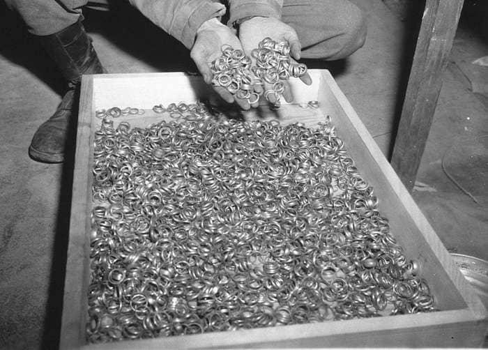 Снимок обручальных колец, снятых с жертв Холокоста