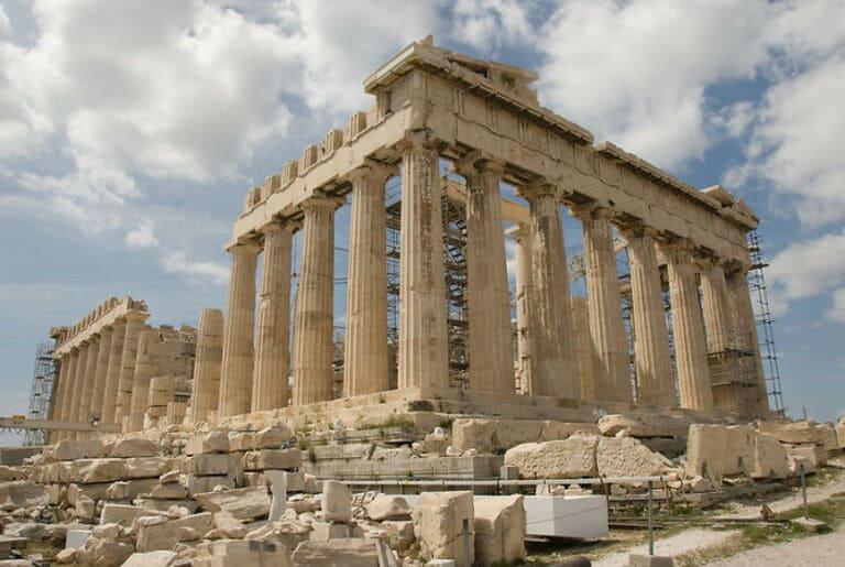 В некоторых исторических местах Греции запрещено носить высокие каблуки
