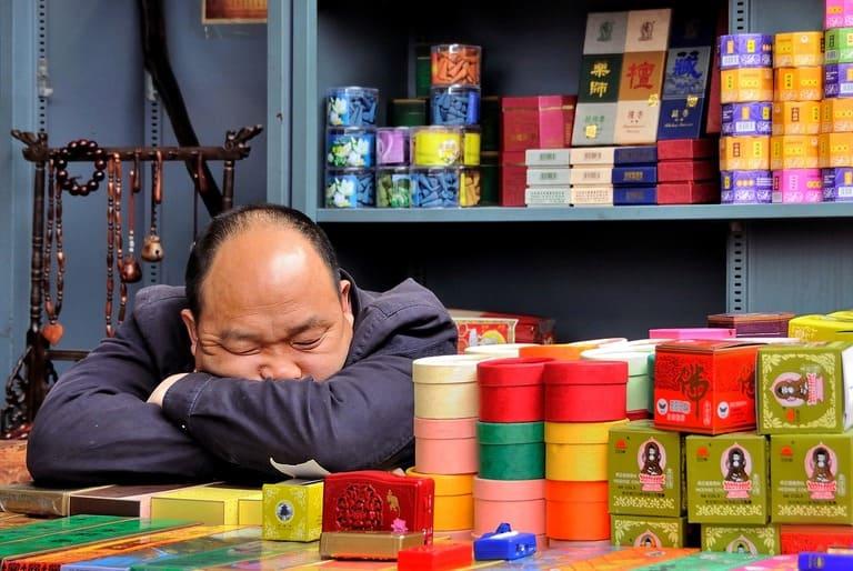Почему клонит в сон после еды