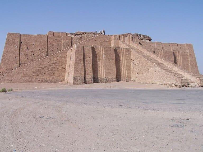 Великий зиккурат Ура, Ирак (2100 г. до н. э.)