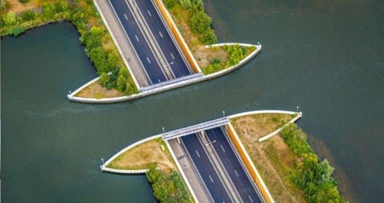 Вид с воздуха на акведук.
