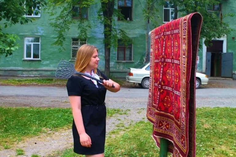Выбивание ковров во дворе