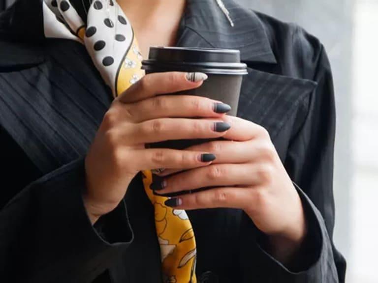 с кофе в метро