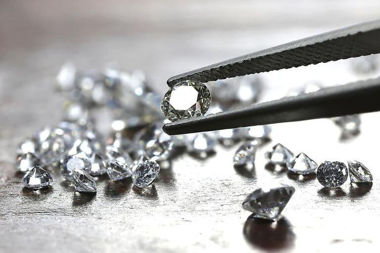 Алмазы - самый прочный материал, который мы можем найти в природе