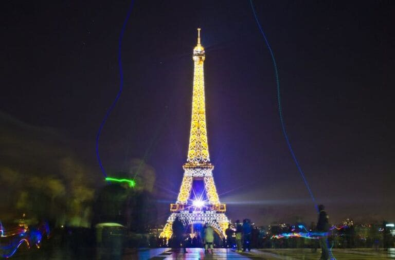 Эйфелеву башню в ночное время