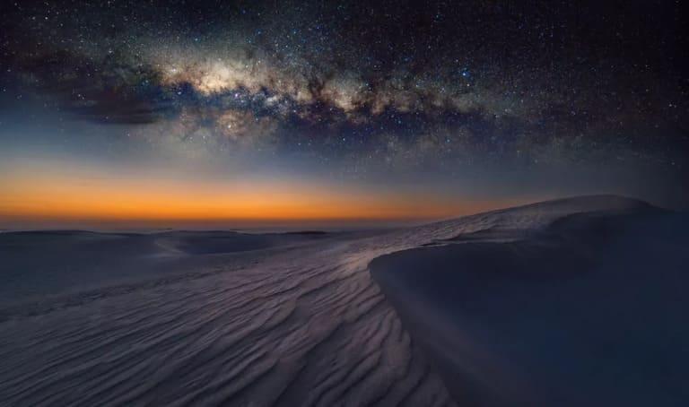 Млечный путь сияет в ночном небе над пустыней Сахара