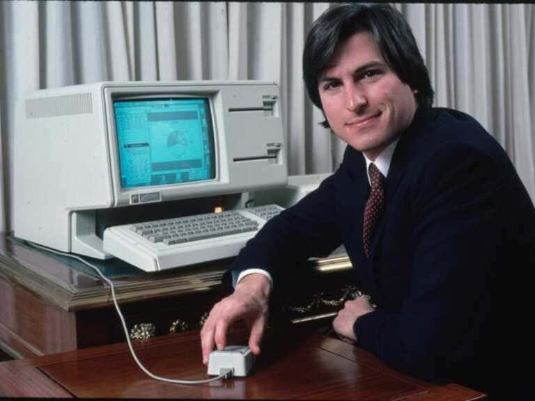 Стив Джобс с компьютером Lisa