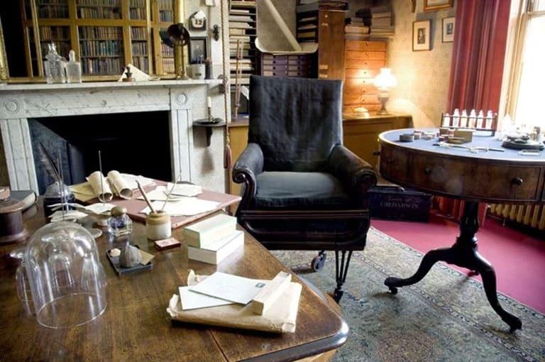 офисное кресло на колесиках