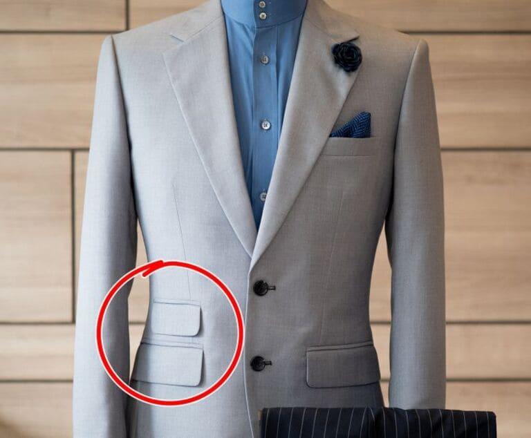 Два кармана на правой стороне пиджака