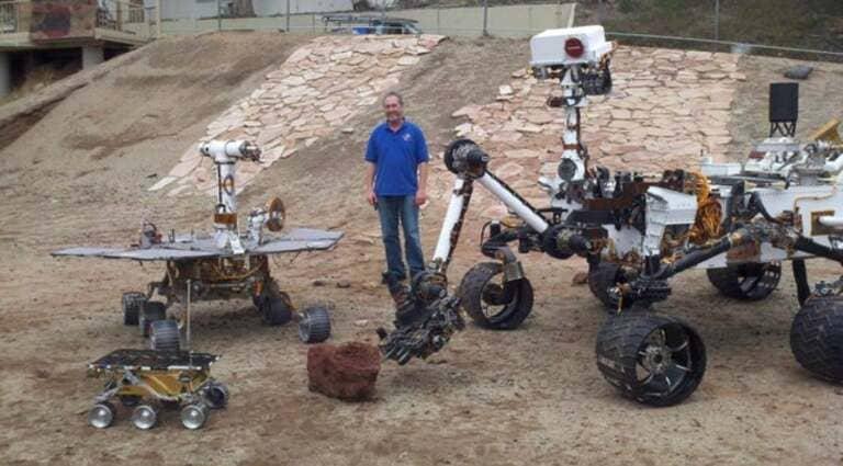 Марсоход Curiosity справа