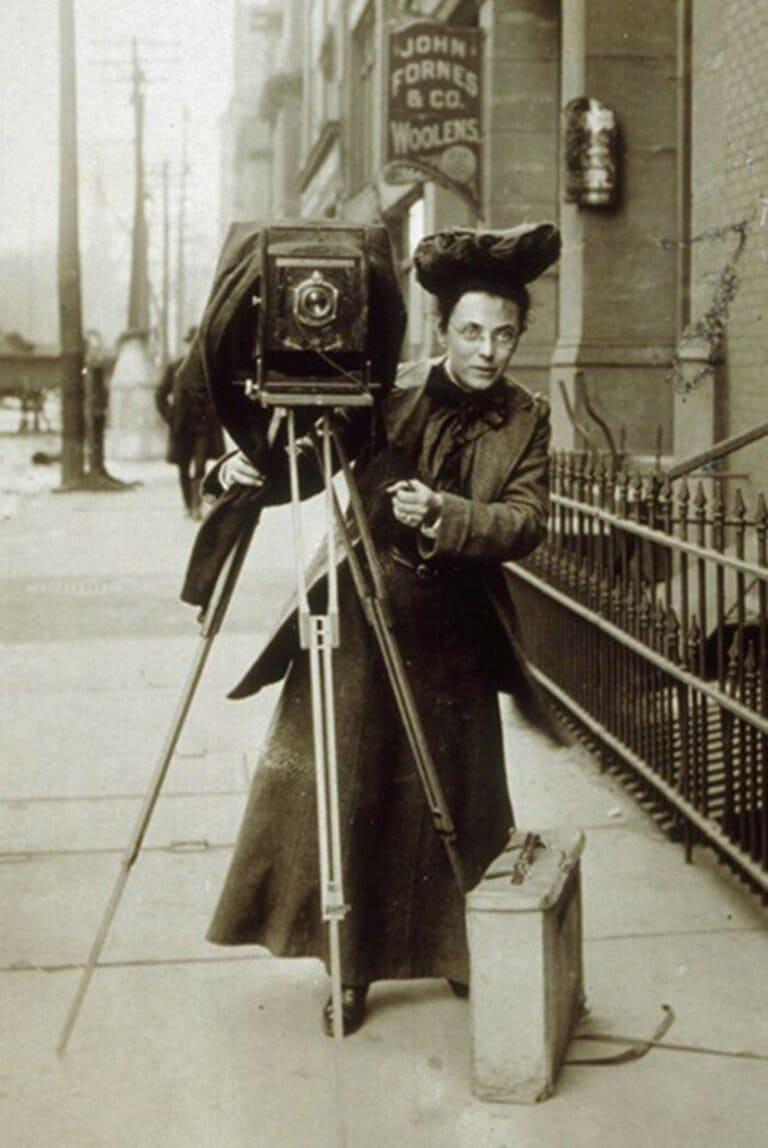 Первая женщина-фотокорреспондент