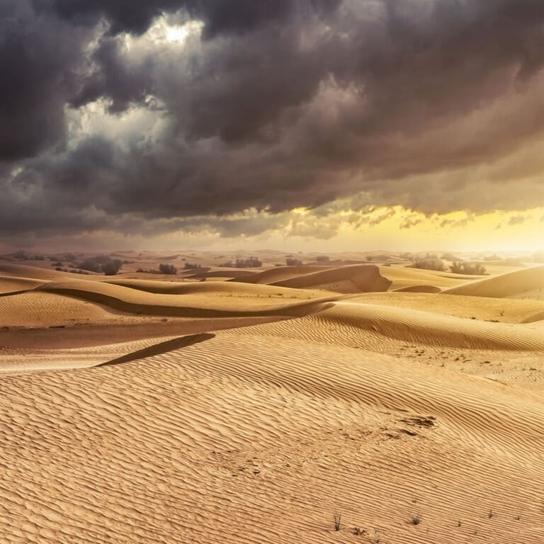 Пустыня Сахара с дождевыми облаками
