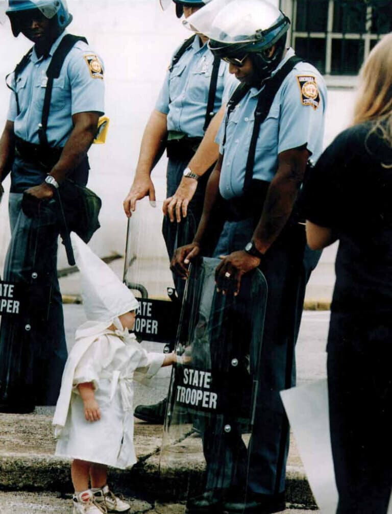 Ребенок в одеянии Ку-клукс-клана