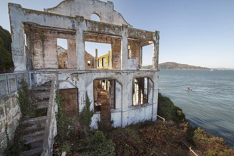 Руины Дома смотрителя на острове Алькатрас