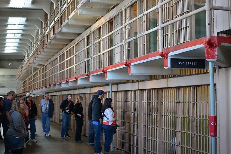 Туристы осматривают тюрьму на острове Алькатрас
