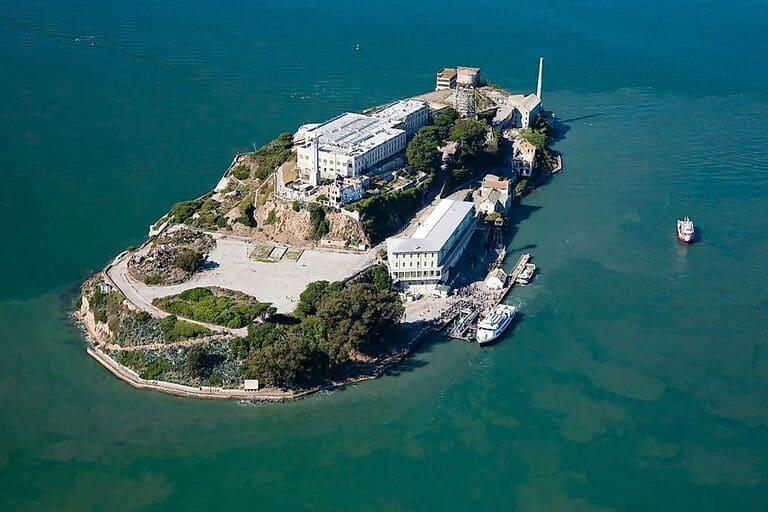 Вид с воздуха на остров-тюрьму Алькатрас в заливе Сан-Франциско