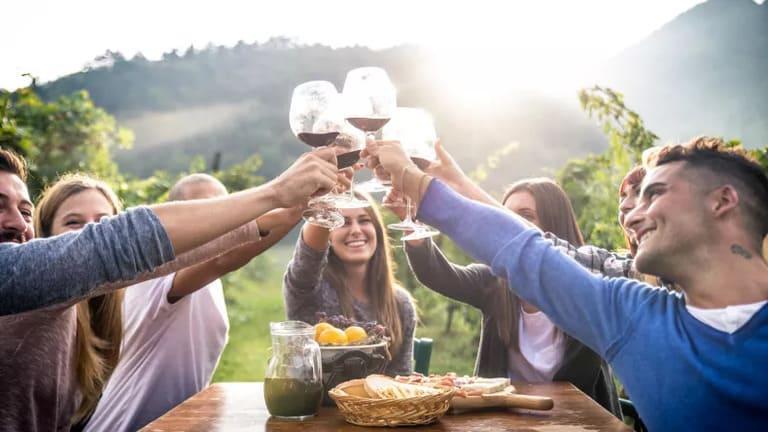 правильный способ держать бокал для вина
