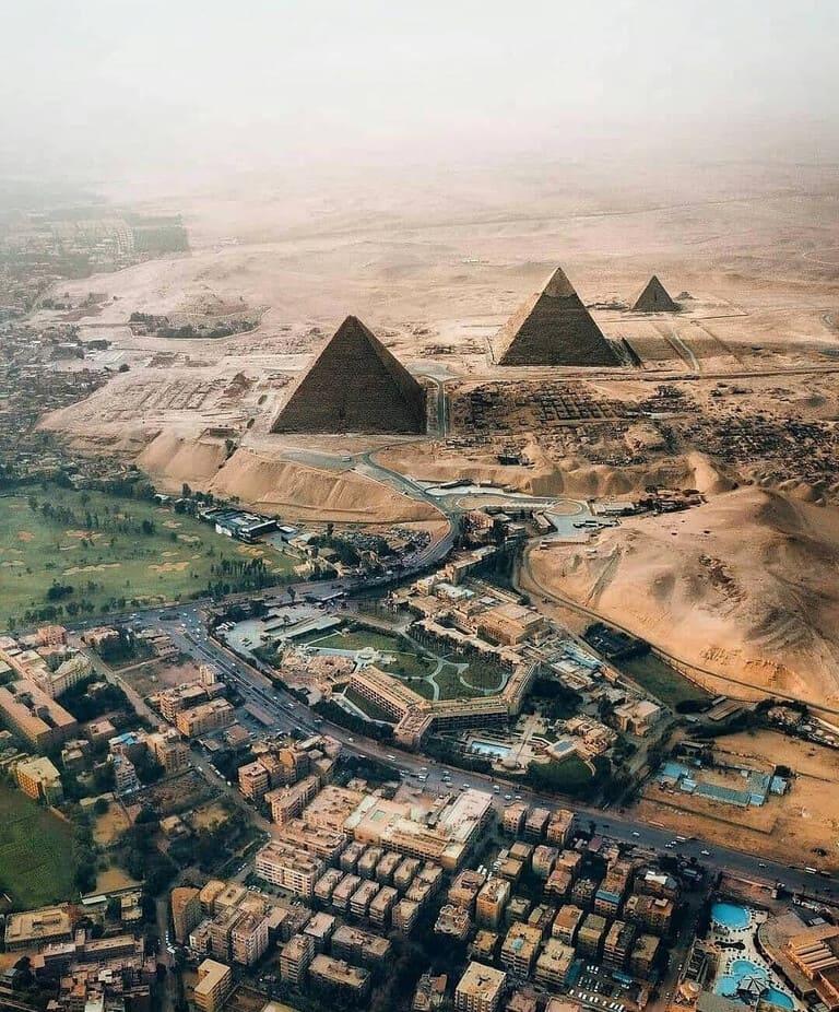 редкий вид на пирамиды Гизы