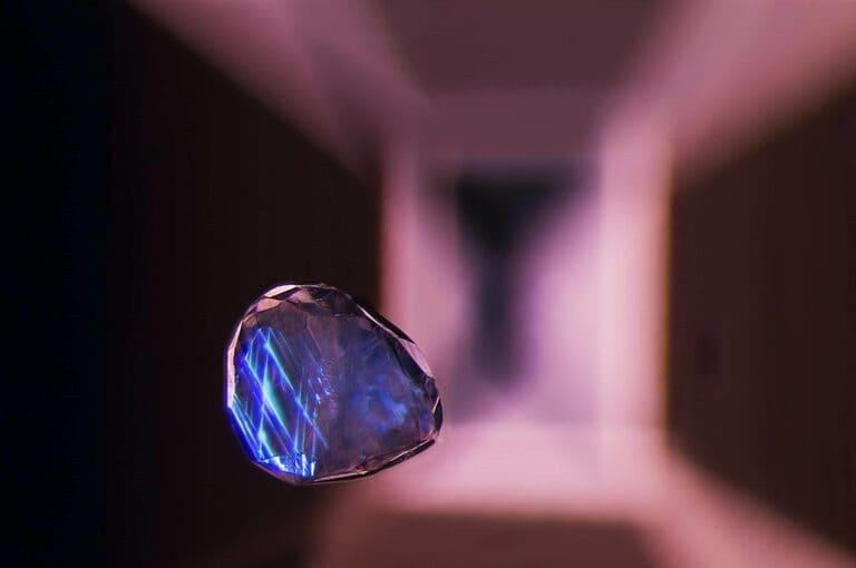 19-е место: «Кристаллическое включение кальцита, взвешенное в драгоценном камне шпинели»