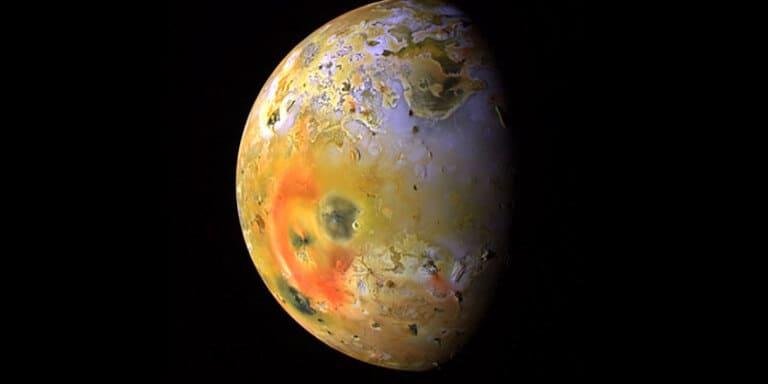 Вулканический спутник Юпитера Ио.