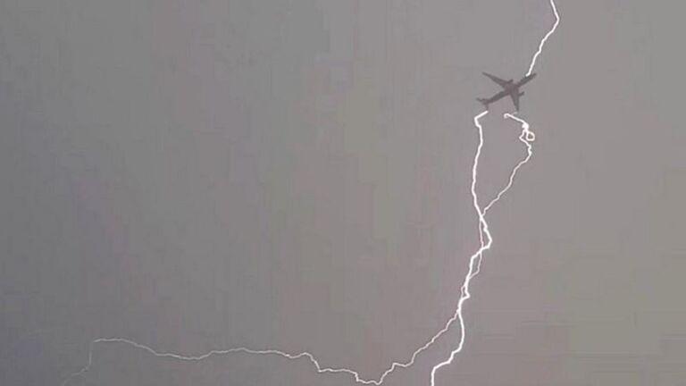 удары молнии не повреждают самолеты