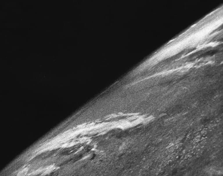 Первая фотография Земли из космоса