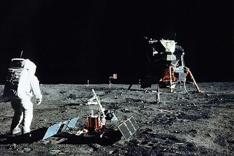 По Луне ходили 12 человек