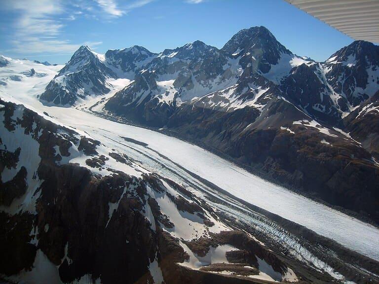 Вид с воздуха на верхнюю половину ледника Тасман в национальном парке Аораки Маунт-Кук в Новой Зеландии