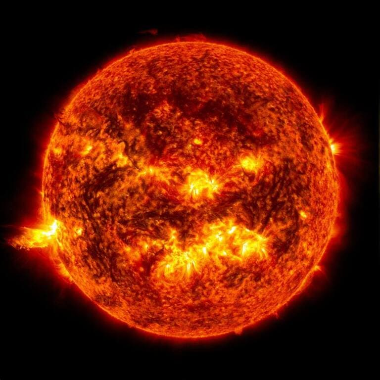 яркий свет солнечной вспышки